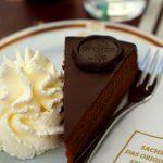 czekoladowy tort sachera - przepis na tort czekoladowy krok po kroku, bita śmietana na sztywną pianę, szczypta soli, cukru pudru, sporo gorzkiej czekolady w kąpieli wodnej. Tort na Boże narodzenie. Kuchnia austriacka.